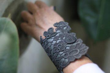 Carlotta J è un brand di accessori e gioielli di pizzo, nato a Firenze dalla fantasie e creatività della designer Carlotta Mazzoni