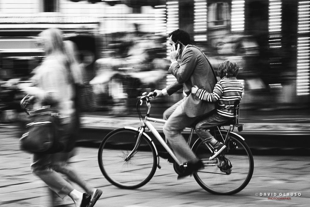 Signore con bambino in bicicletta - ph David Glauso