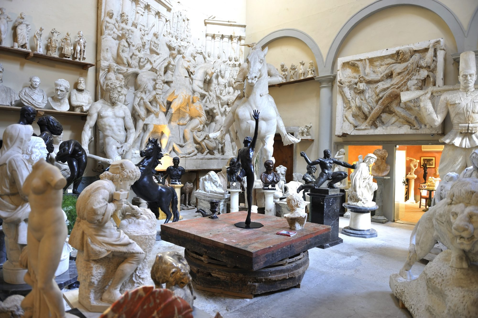 La Galleria Romanelli di Firenze ha una lunga tradizione che porta avanti l'arte della scultura da ben sei generazioni, da una piccola bottega a NYC.