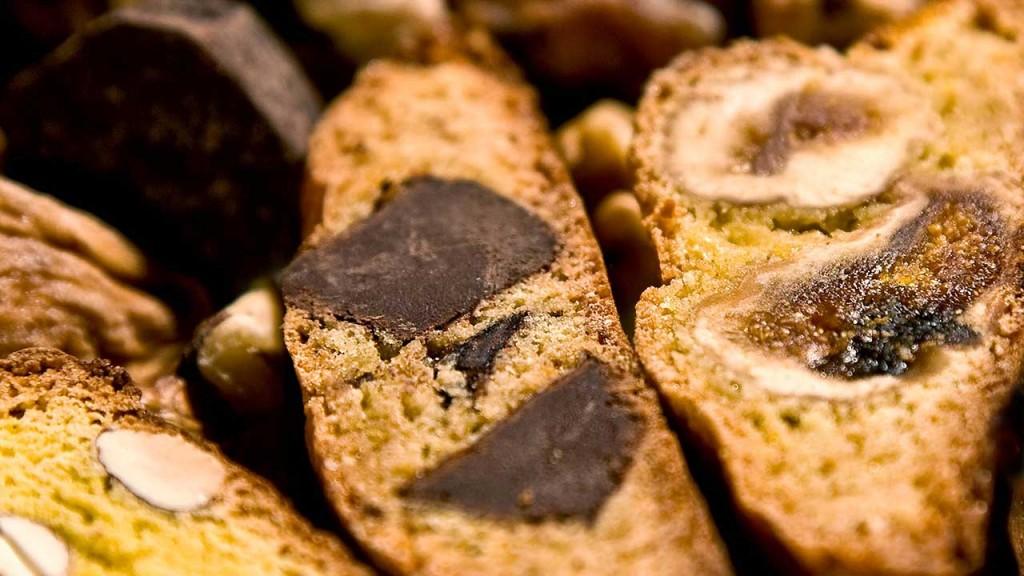 L'azienda Amari produce tante varietà di biscotti tipici toscani, tra cui i Cantuccini di Prato ai Fichi