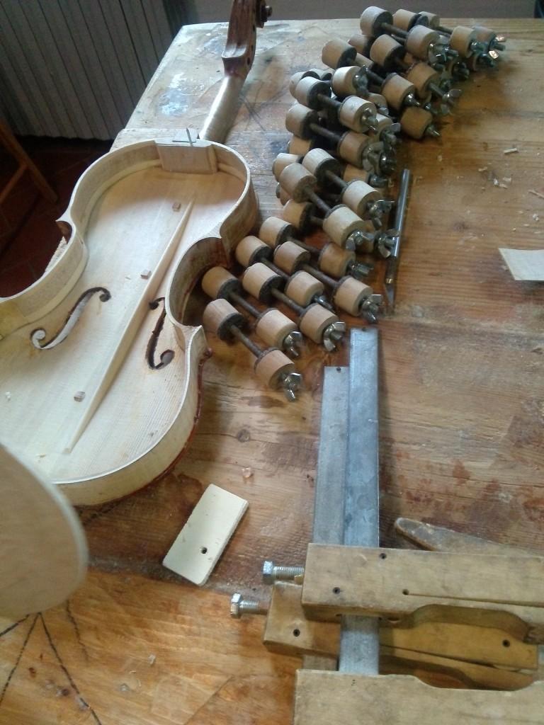 Il liutaio Fabio Chiari ha il suo laboratorio a Firenze e lavora con i migliori violinisti mondiali