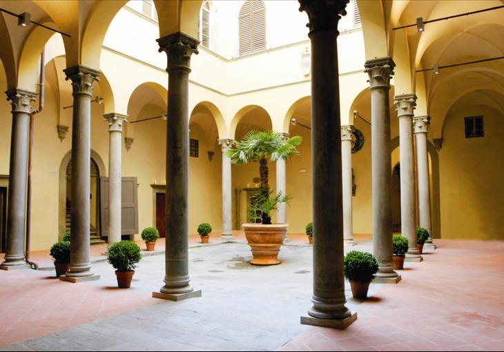 Il Ristorante La Buchetta Firenze si trova nel centro storico, zona Santa Croce, ed ha un accesso al chiostro di Palazzo Bardi