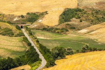 Visitare le Crete Senesi con un antico treno a vapore alla scoperta della Toscana e delle sue antiche tradizioni
