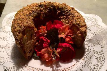 Ricetta del Ciambellone all'uvetta ricoperta di mandorle: ricetta semplice e veloce, ideale per la colazione della mattina e per il thè del pomeriggio