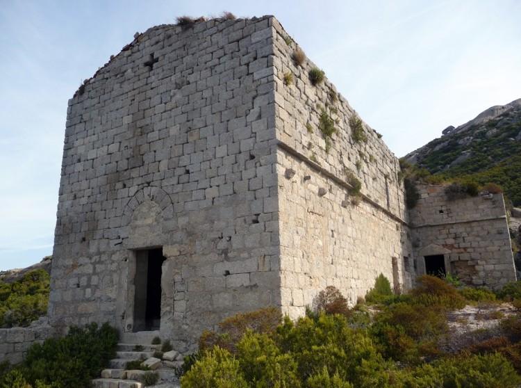 Il monastero dell'isola di Montecristo venne costruito tra il 1200 e il 1300 dai monaci camaldolesi