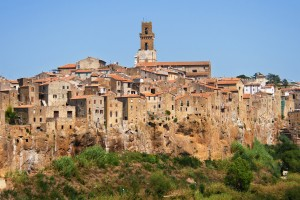 Sovana è una delle tre Città del Tufo della Toscana e insieme a Pitigliano e Sorano, è la sede dell'importante Parco Archeologico delle Città del Tufo