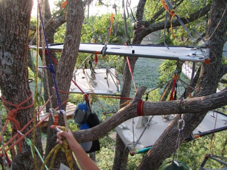 Il tree sleeping in Toscana viene praticato con l'ausilio di corde e funi per dormire sugli alberi in piena sicurezza