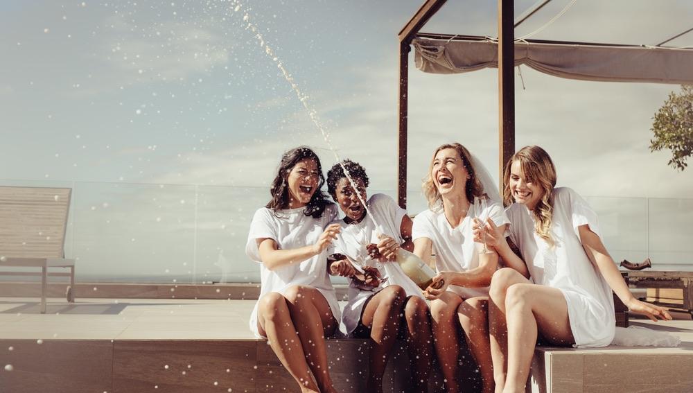 Quattro ragazze festeggiano un addio al nubilato in Toscana