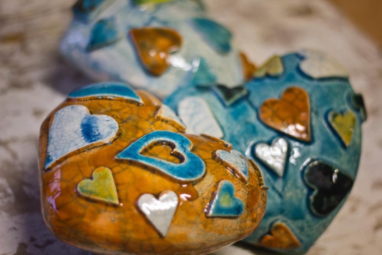 La ceramica artistica di Debora Ciolli è un viaggio nel mondo della fantasia dove abitano personaggi curiosi e colorati che sembrano usciti dalle favole.