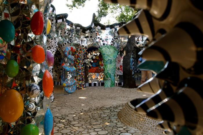 Il Giardino dei Tarocchi è un parco incantato a Capalbio nella Maremma toscana, animato da alte statue raffiguranti i tarocchi