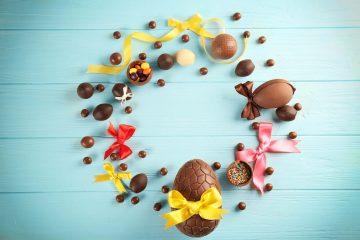Decorazioni pasquali con uova di cioccolato
