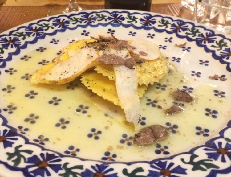 L'Osteria Cinque di Vino si trova nel Chianti, a San Casciano Val di Pesa, Firenze, e offre tradizionale cucina toscana