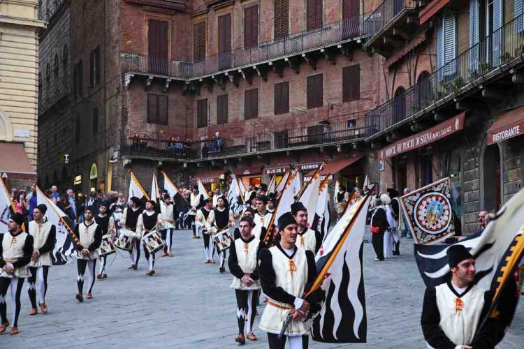 Palio di Siena 2014, prima della corsa il tradizionale corteo delle contrade
