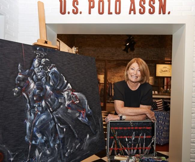 La pittrice Elisabetta Rogai con il dipinto su tela denim per US Polo Assn