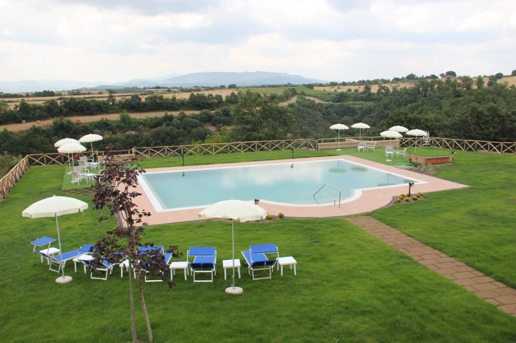 L'agriturismo Poggio al Tufo a Pitigliano (GR), Toscana, offre una spettacolare piscina panoramica