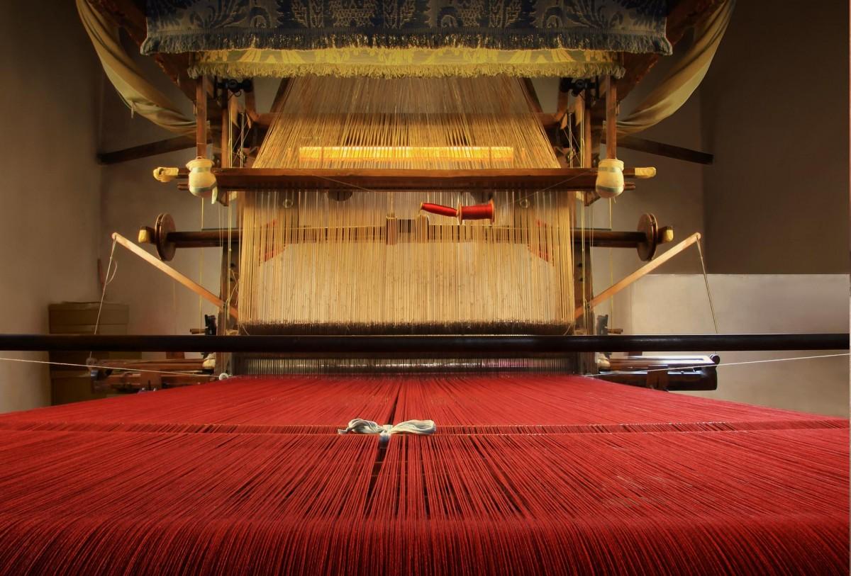 Telaio con fili di seta rossa nell'Antico Setificio Fiorentino in San Frediano a Firenze