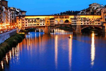 Vista notturna del Ponte vecchio a Firenze