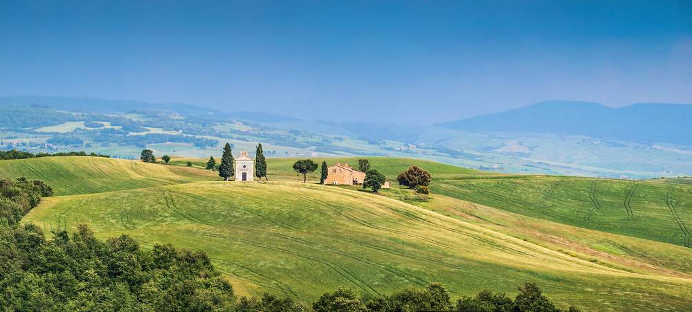 La Via Francigena nel Medioevo collegava la Francia a Roma, passando per la Toscana. Percorriamo l'antica via sulle tracce dei pellegrini.