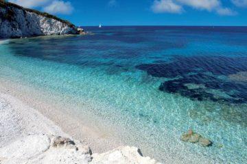 Acqua dell'Elba nasce dalla storia di un'amicizia, dall' amore per la propria terra e da una statuetta di avorio che sigillava una bottiglia