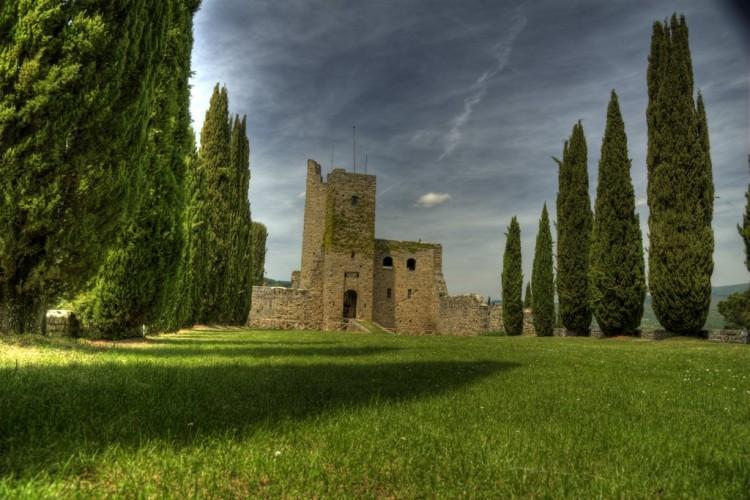 Il Castello di Romena in Casentino, fondato dagli Etruschi, che ispirò Dante e D'Annunzio ospita oggi il Museo Archeologico delle Armi.