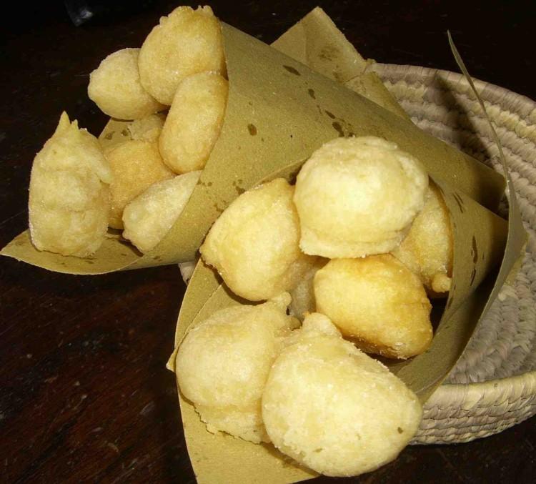 Coccoli,ficattole, donzelle (o zonzelle) sono tipici della tradizione toscana,fatti di pasta di pane fritta accompagnata da salumi e formaggi