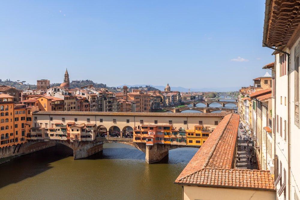 Il Corridoio Vasariano visto dall'alto che attraversa l'Arno passando sopra Ponte Vecchio
