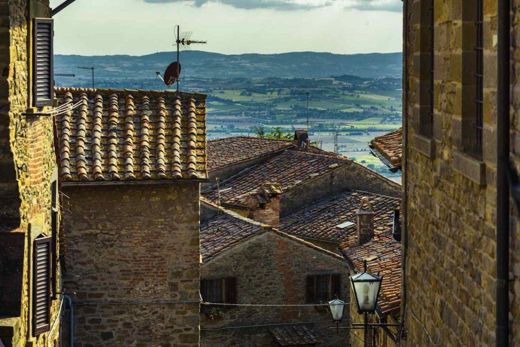 La Val di Chiana è un'area della Toscana divisa tra le province di Siena e Arezzo che offre borghi medievali, tradizioni culinarie e natura incontaminata.