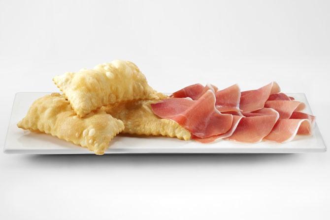 Le donzelle, pasta di pane fritta, sono tipiche della costa toscana