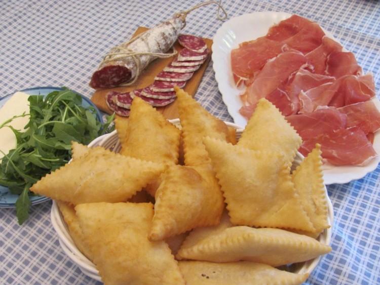 Le ficattole, pasta di pane fritta, sono tipiche del nord della Toscana