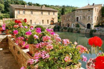 Bagno Vignoni, famosa per le acque termali, è un'ideale meta per un rilassante weekend in Toscana, nell'autentica atmosfera della Val d'Orcia