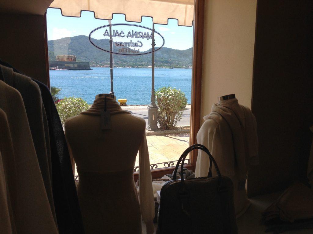 Marina Sala ha un laboratorio di cashmere all'Isola d'Elba dove crea e produce le sue collezioni. Il suo negozio è a Portoferraio, sulla calata del porto.