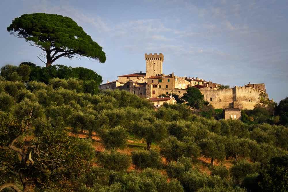 """Capalbio è uno dei """"Borghi più belli d'Italia"""" della Toscana. Si trova nella Bassa Maremma ed è un luogo da visitare sia d'estate che d'inverno."""
