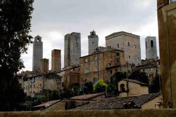 San Gimignano è famosa per le torri,ma in realtà offre molto di più al viaggiatore attento:giardini nascosti,antiche cantine,la mostra fotografica di Erwitt