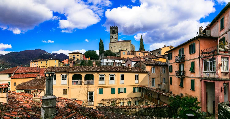 Castiglione di Garfagnana è uno dei 23 Borghi più belli d'Italia della Toscana. Al confine con l'Emilia è una cittadella medievale intatta.