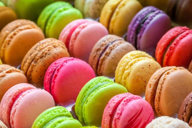 Caterina de' Medici portò in Francia alcune delle ricette che hanno fatto grande la cucina francese: macarons, omelette, crepes, bigné e zuppa di cipolle.