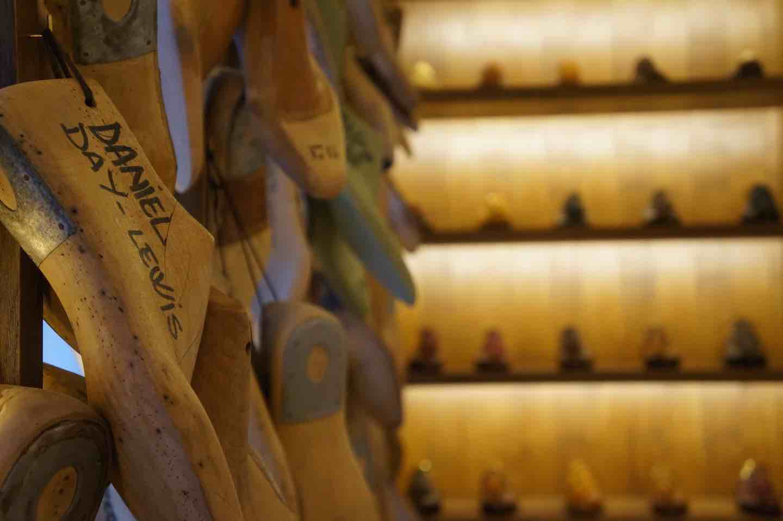 Modelli di scarpe di personaggi famosi nella storica bottega fiorentina di Stefano Bemer