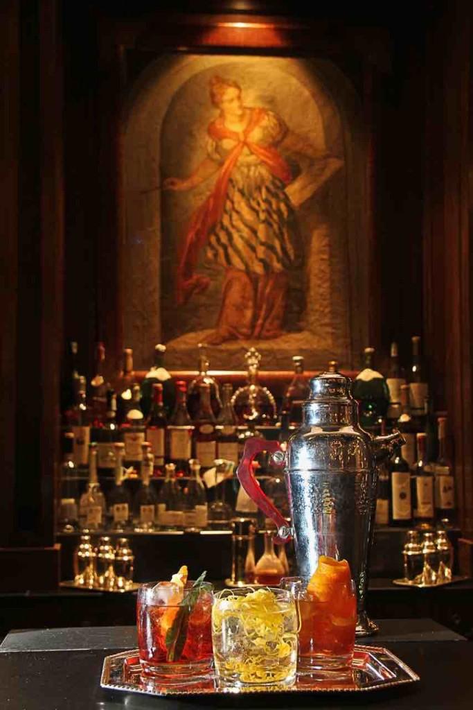 Jacopo Rosito al bar del Four Seasons di Firenze propone tre varianti del Negroni, tipico cocktail fiorentino