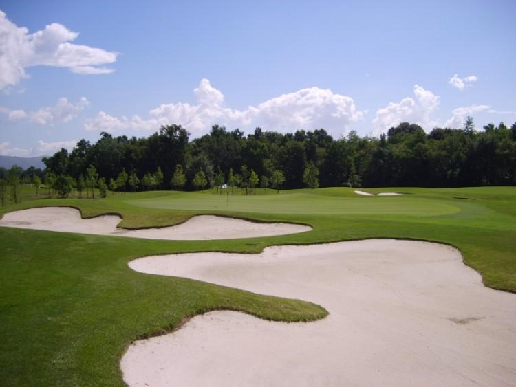 Il Golf Club Pavoniere, 18 buche, uno dei campi da golf più della Toscana, disegnato da Arnold Palmer, si trova in provincia di Prato a pochi km da Firenze