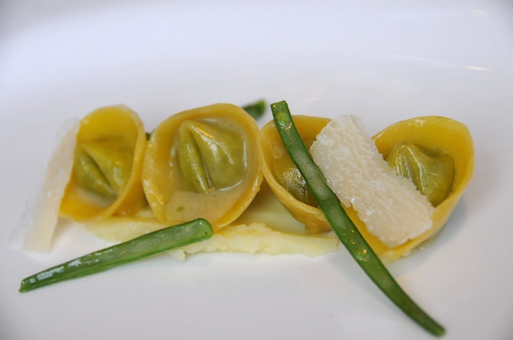 Tortelloni al pesto ligure su battuta di melanzane e fagiolini