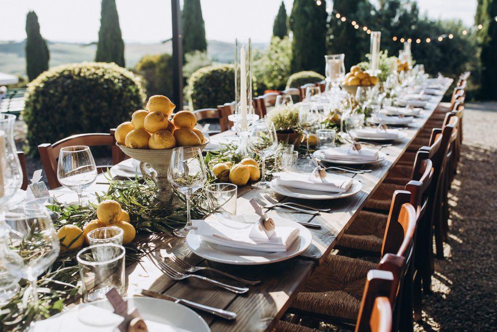 Tavola apparecchiata per un matrimonio in Toscana
