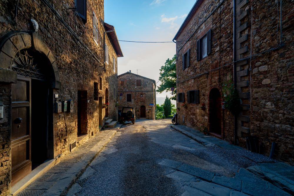 Strada nel borgo toscano di Radicondoli