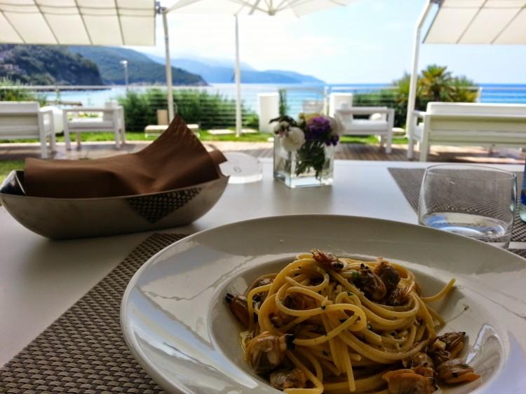 Il ristorante Bistrot del Baia Bianca è uno dei 6 ristoranti romantici dell'Isola d'Elba affacciati sul mare