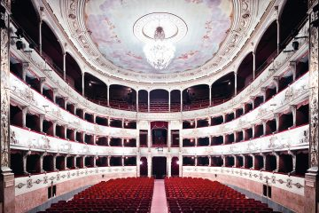 Claudia Pangaro, direttrice di Nova Florentia, questa settimana ci porta alla scoperta del Teatro della Pergola e della bottega Filistrucchi a Firenze