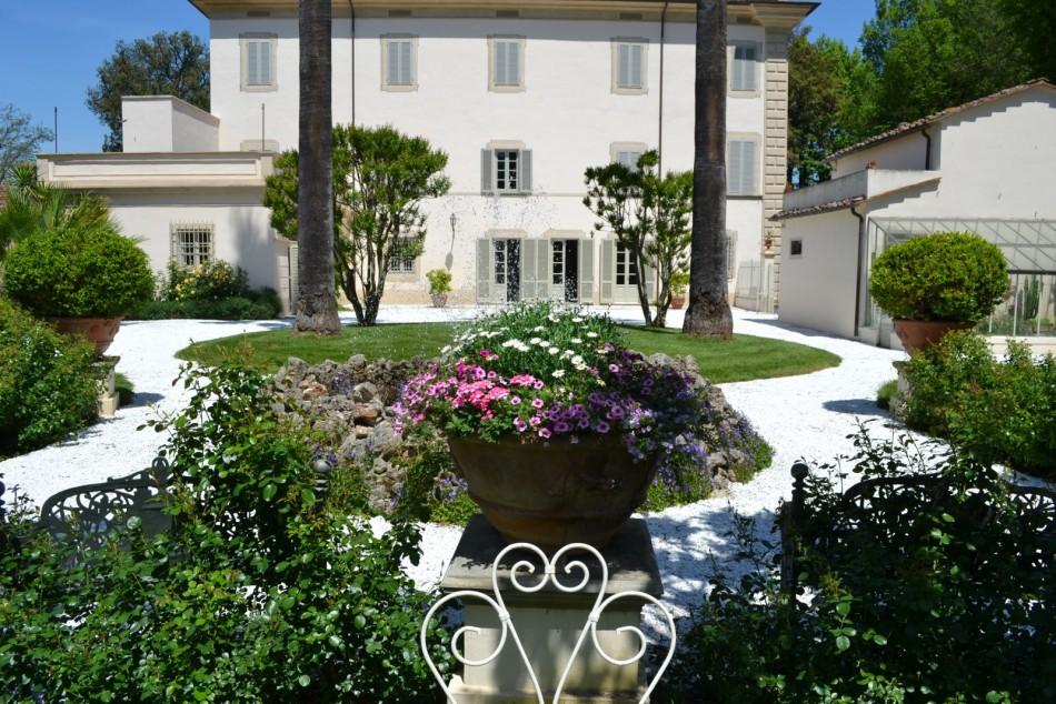 Moltissime sono le ville in Toscana dove passare le vacanze o organizzare cerimonie e ricevimenti. Qui le 5 più belle ville in Toscana in provincia di Pisa