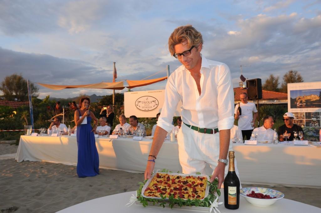 A tavola sulla spiaggia una sfida all ultimo mestolo - Bagno giovanni forte dei marmi ...