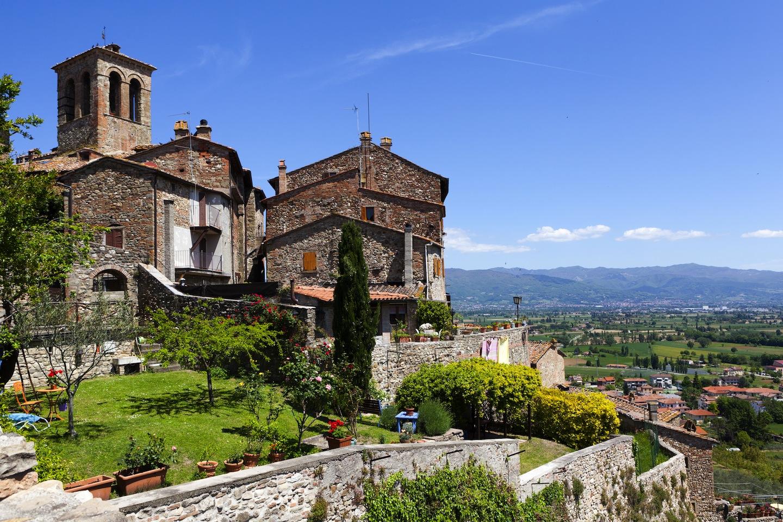 Anghiari è uno dei borghi più belli di Italia: al confine con l'Umbria, domina la Val Tiberina ed è uno degli scenari più famosi della storia di Italia