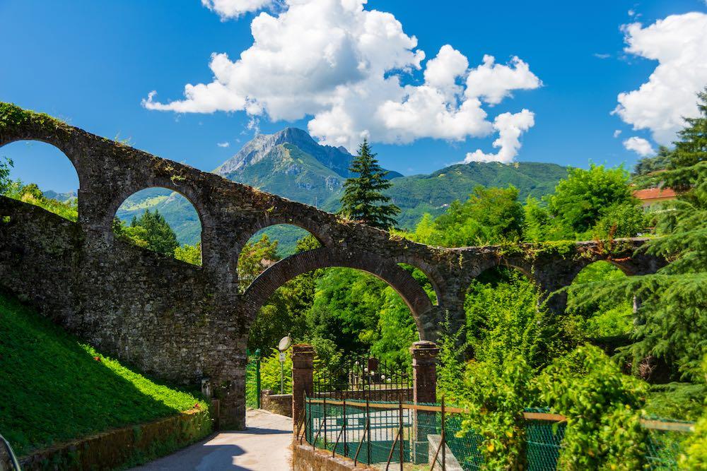 Antico acquedotto con vista sulle Apuane a Barga in Garfagnana