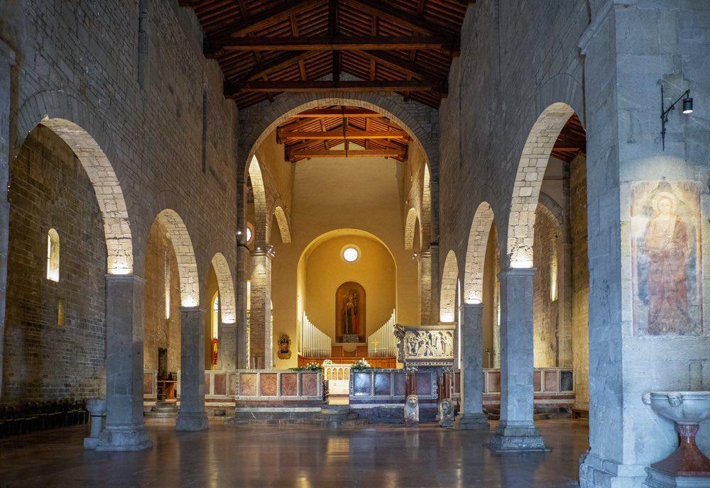 Interno del Duomo di Barga, borgo toscano in Garfagnana tra i più belli d'Italia
