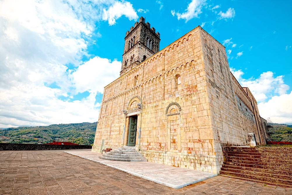 Il duomo di Barga, borgo toscano in Garfagnana tra i più belli d'Italia