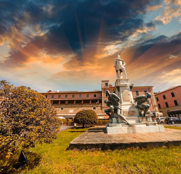 Un avvincente tour di Livorno alla scoperta del quartiere La Venezia, della Fortezza e del Porto Mediceo, della Torre della Meloria e della Terrazza Mascagni.